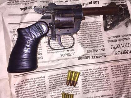 Incautan arma de fuego y droga en dos allanamientos