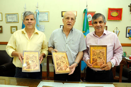Carlos Lapenta entregó ejemplares de su libro al municipio
