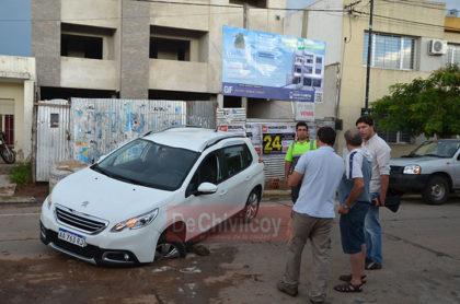 Un vehículo quedó atrapado en un pozo al ceder el pavimento