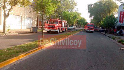 Av. Villarino 275:  Importante labor de bomberos en un incendio declarado