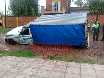 [VIDEO] Un camión cayó al ceder el suelo por una supuesta conexión clandestina