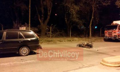 Un motociclista se encontraría en grave estado tras sufrir un accidente en Avenida Mitre y calle 114
