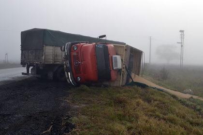 Volcó un camión con soja en Ruta Nº 51