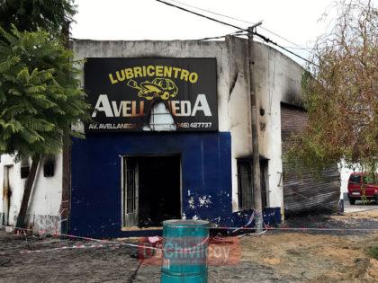 Voraz incendio destruyó un lubricentro en Avellaneda y Pascual Grisolía