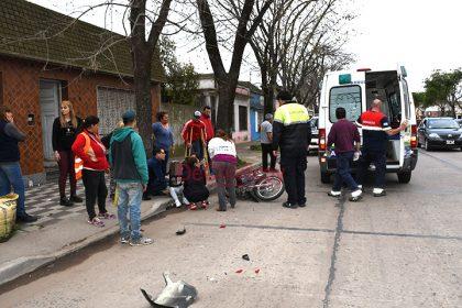 Este mediodía: Accidente entre una moto y una camioneta en Av. Mitre entre 78 y 80 [Video]