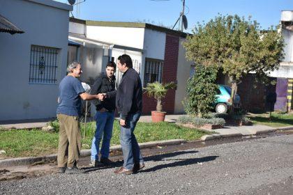 Colocación de escoria en las calles Alejandro Mathus y 90