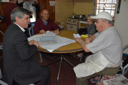 El intendente visitó el Barrio Sud para informar sobre la obra de piedra caliza