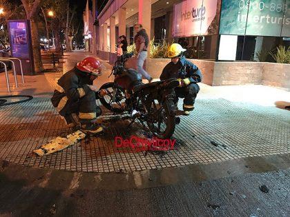 Incendió una moto en la que se movilizaba con una mujer y un bebé y huyeron