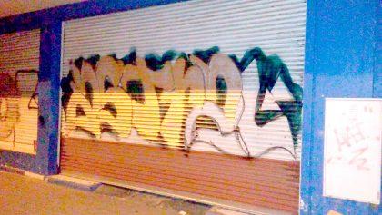 Tres detenidos por pintar las persianas de La Nueva Cooperativa