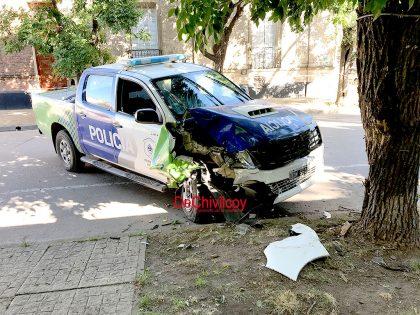 Un patrullero chocó contra un árbol, dos efectivos lesionados