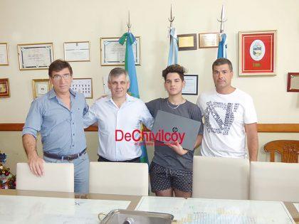 El intendente entregó una notebook al campeón de Deportes Electrónicos en los Torneos Bonaerenses