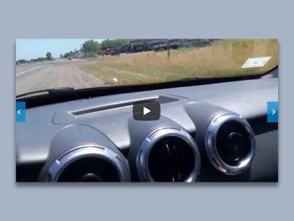 """Chivilcoy: Cansado de los radares, un conductor embistió con su auto carteles y """"conitos"""" [Video]"""