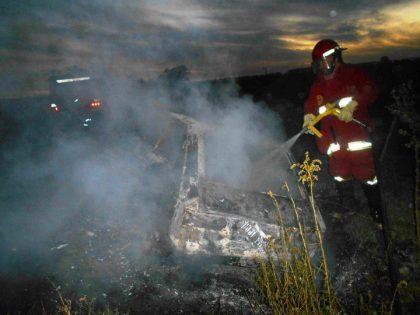 Se incendio un automotor en el interior de un campo