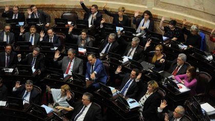 El peronismo logró sancionar la ley que pone límites a la suba de tarifas, pero Macri la vetará hoy