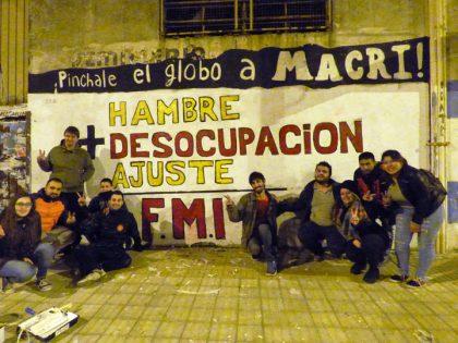 Militantes de la Juventud Peronista y la JP Evita Chivilcoy pintaron un mural en contra del F.M.I.