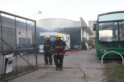 Fueron convocados los Bomberos por el incendio de un taller en Alejandro Mathus y Calle 94 [Video]