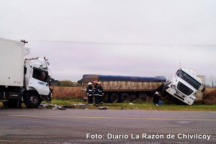 Violento choque de camiones en el cruce de las Rutas 5 y 51