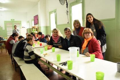 El intendente compartió el almuerzo con los alumnos del Centro Varela